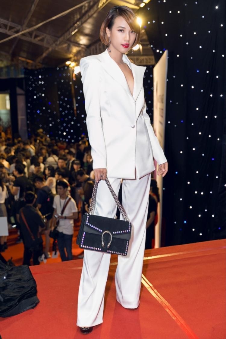 """Tạm biệt những chiếc váy xòe nữ tính, Hoàng Oanh bất ngờ xuất hiện với bộ vest trắng. Với phong cách menswear cùng mái tóc ngắn một hình ảnh đậm chất """"Dung đại ca"""" thời hiện đại đã thu hút người nhìn."""