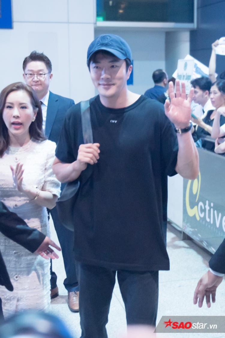 Kwon Sang Woo thân thiện bắt tay fan nhí, tự sướng cùng Phở Đặc Biệt