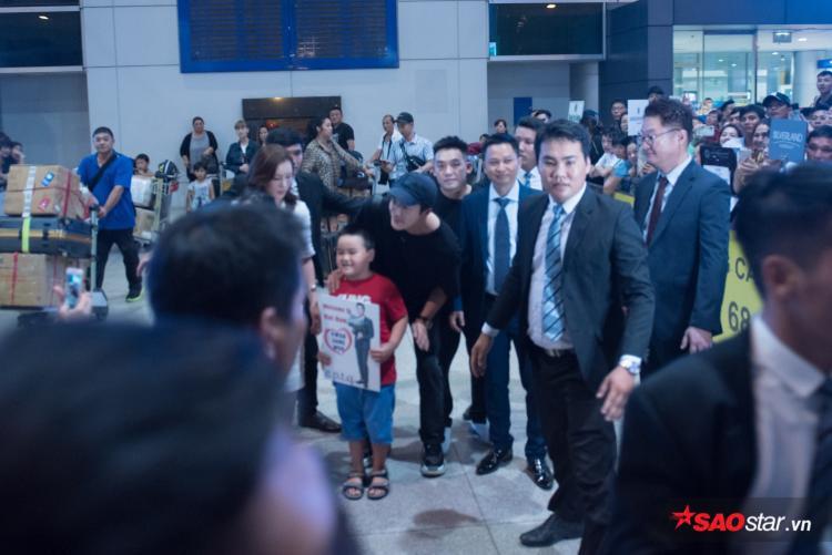Kwon Sang Woo thân thiện chụp ảnh cùng fan nhí.