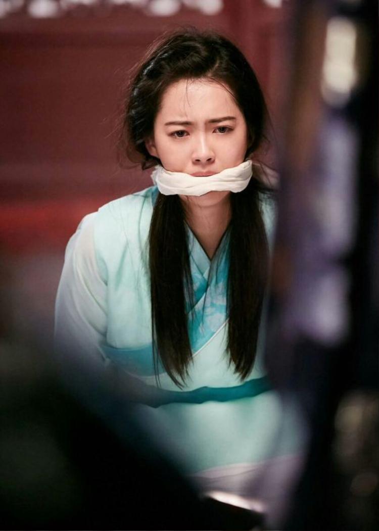 """Trong phim cổ trang """"Hwarang"""" lên sóng năm 2016, Go Ara đóng vai Ah Ro, là cô gái mang thân thế nửa quý tộc, nửa thường dân và có cá tính mạnh, tính tình ngay thẳng, đáng tin cậy."""