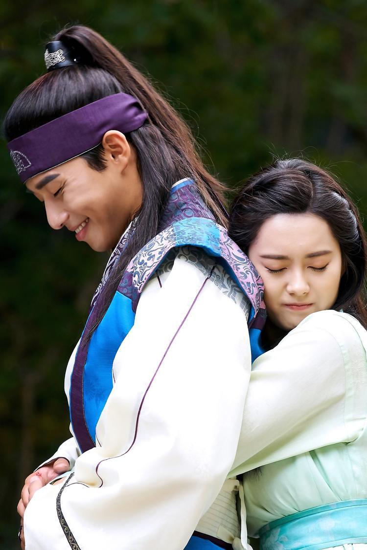 Cô nàng nhận được sự quan tâm đặc biệt từ là Moo Myung (Park Seo Joon) và Sam Maek Jong (Park Hyung Sik).