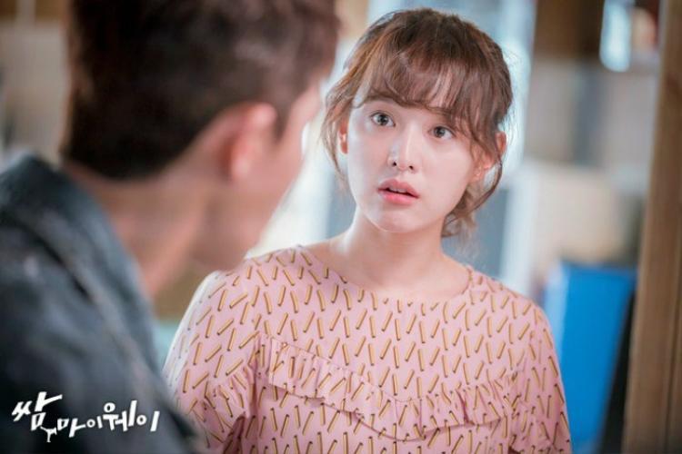 """Năm 2017, Kim Ji Won và Park Seo Joon tham gia vào bộ phim truyền hình hài hước """"Fight my way""""."""