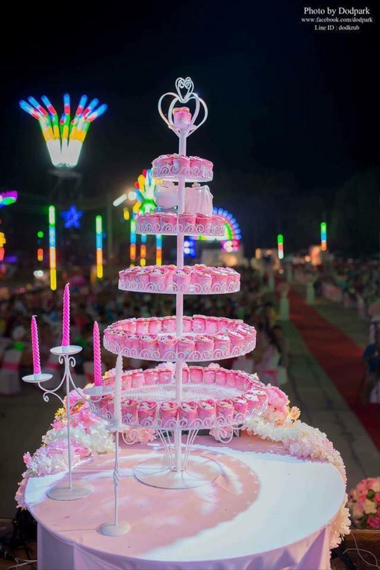 Chiếc bánh cưới nhiều tầng cũng như được biến hóa thành chú mèo huyền thoại Hello Kitty