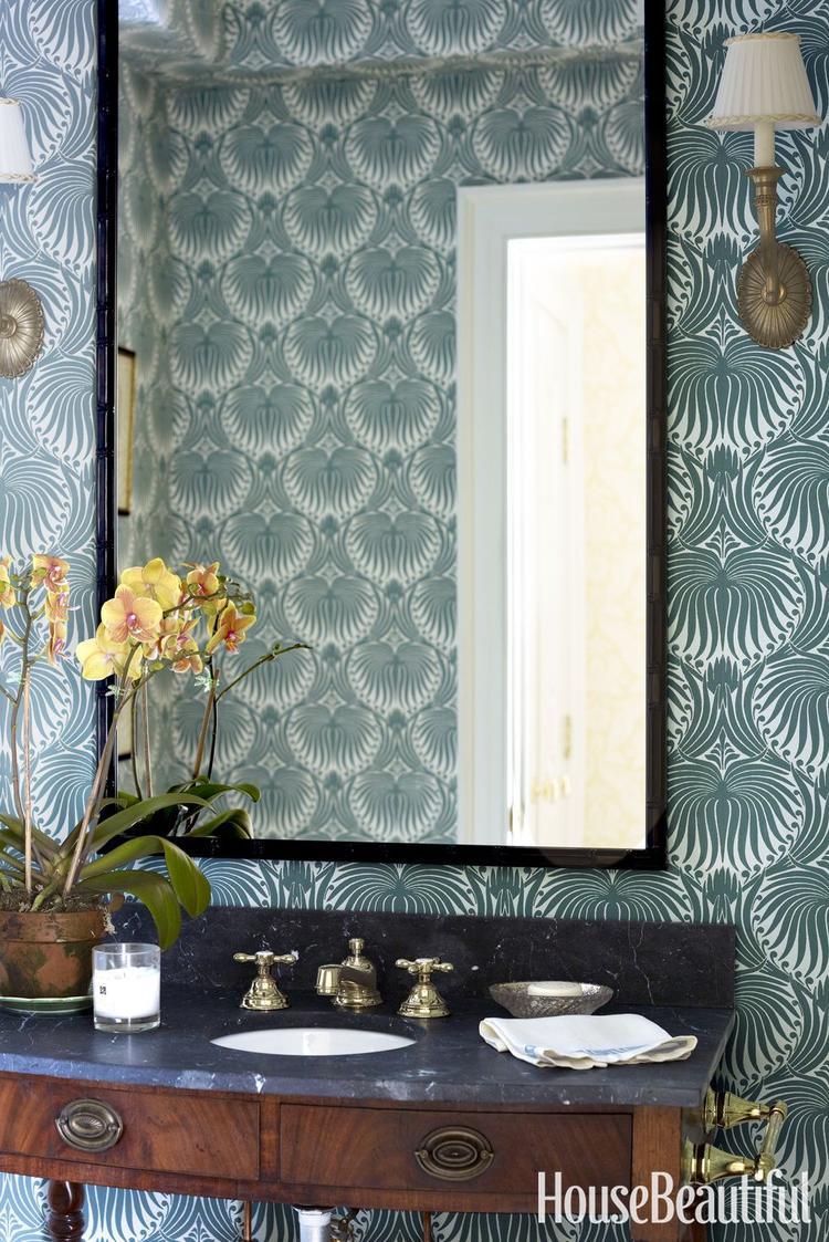 Không chọn màu xanh sáng, nhà tắm này chọn màu xanh nền nã khá trầm với họa tiết đối xứng cổ điển.