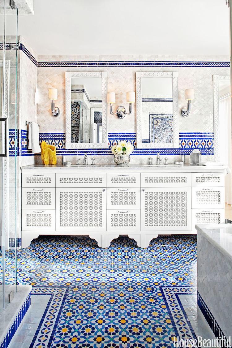 Gạch lát nền với màu xanh chủ đạo cùng những điểm nhấn tạo nên một nhà tắm khá rực rỡ mang phong cách Morocco (Ma-rốc).
