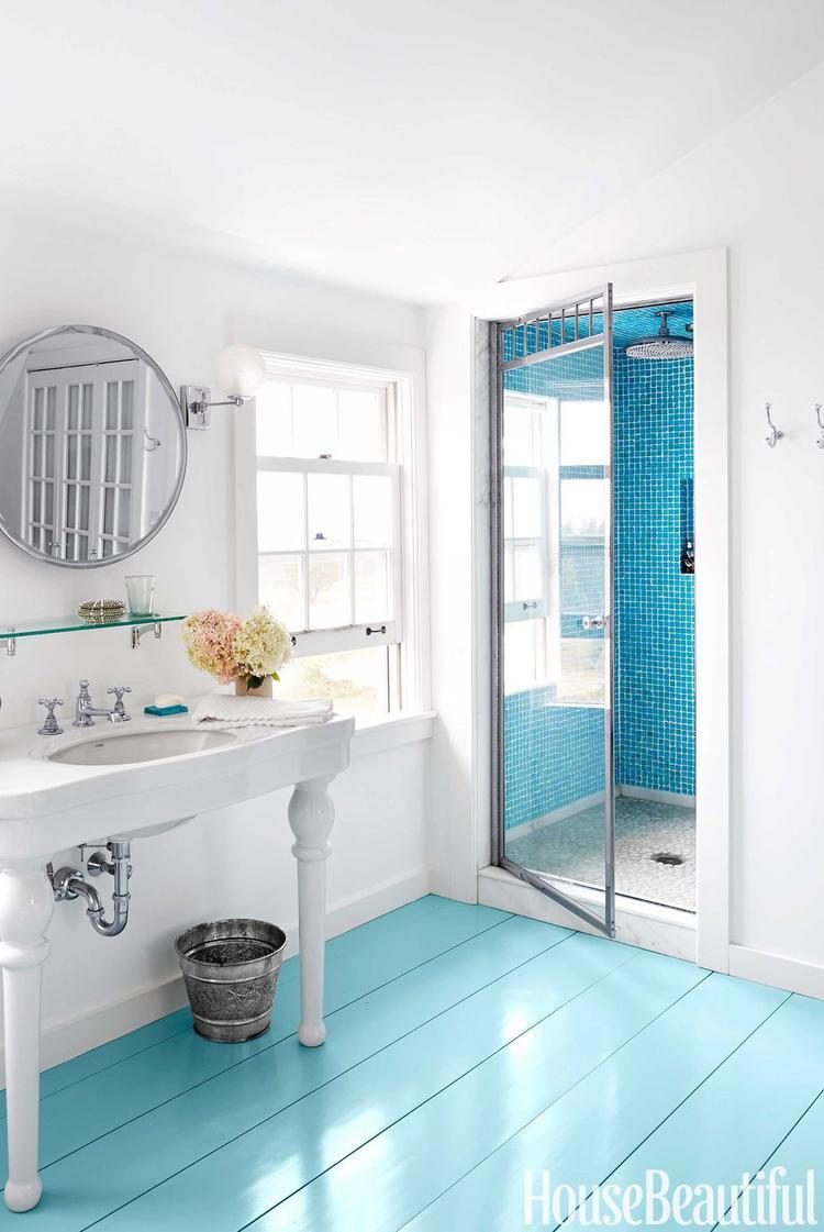 Nhà tắm này lại nổi bật với sàn màu xanh dương như mặt biển.