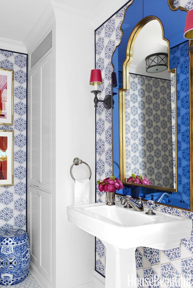 Điểm nhấn chính là những họa tiết trên gạch ốp tường cùng vật dụng gốm sứ màu xanh đầy ấn tượng.