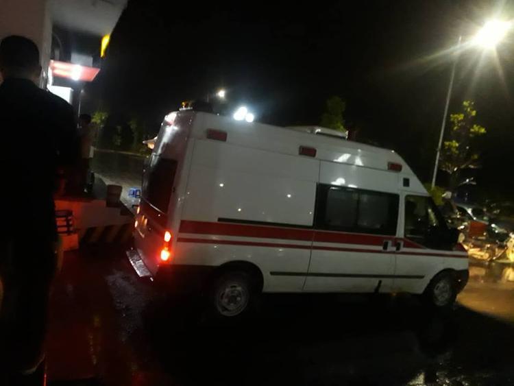 Xe cứu thương đến đưa thi thể hai cháu bé về nhà xác.
