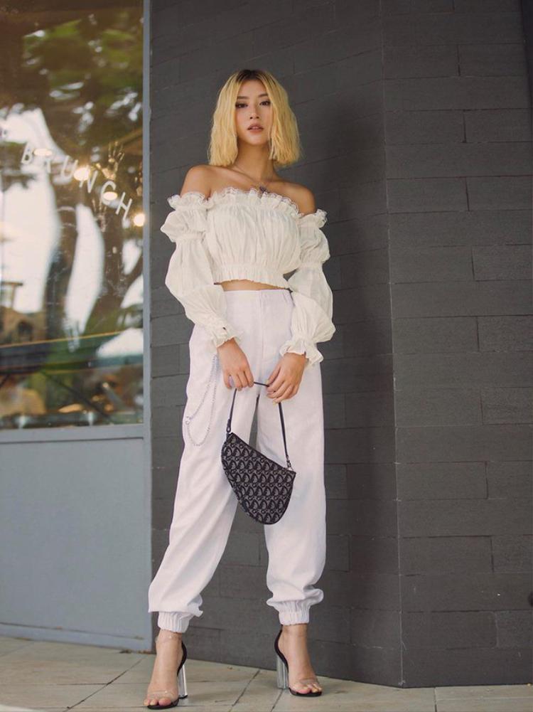 """Quỳnh Anh Shyn khiến các tín đồ thời trang mắt chữ A, mồm chữ O khi lựa chọn chiếc túi vintage """"xịn"""" của Dior từ thập niên trước."""