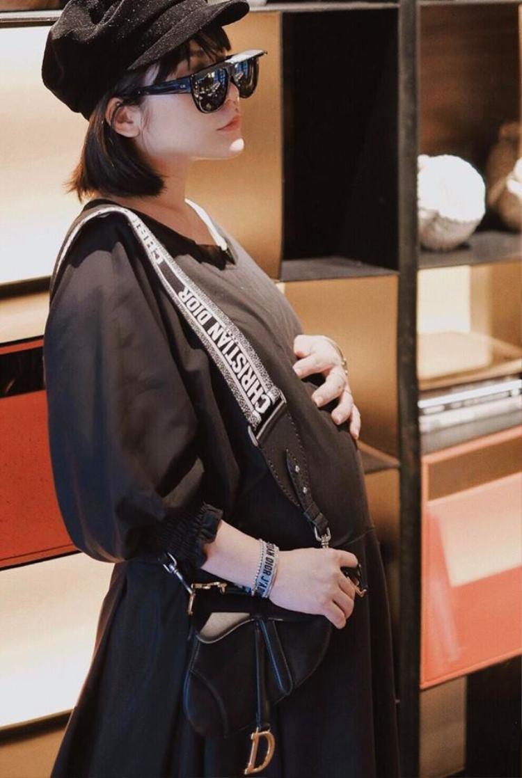 Fashionista Lâm Thúy Nhàn lại yêu chuộng chiếc túi basic với gam màu đen, dễ dàng phối với nhiều trang phục.
