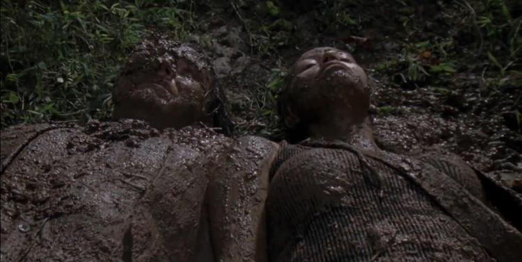 """Eugene và Rosita chôn mình trong bùn, cũng là lúc The Whisperers xuất hiện và rên rỉ """"Where are they?""""."""