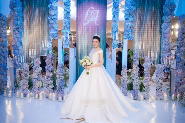 Cô dâu lộng lẫy, quý phái trong chiếc váy cưới mang hơi hướng cổ điển với chất liệu bóng dáng xòe để đón tiếp khách mời.