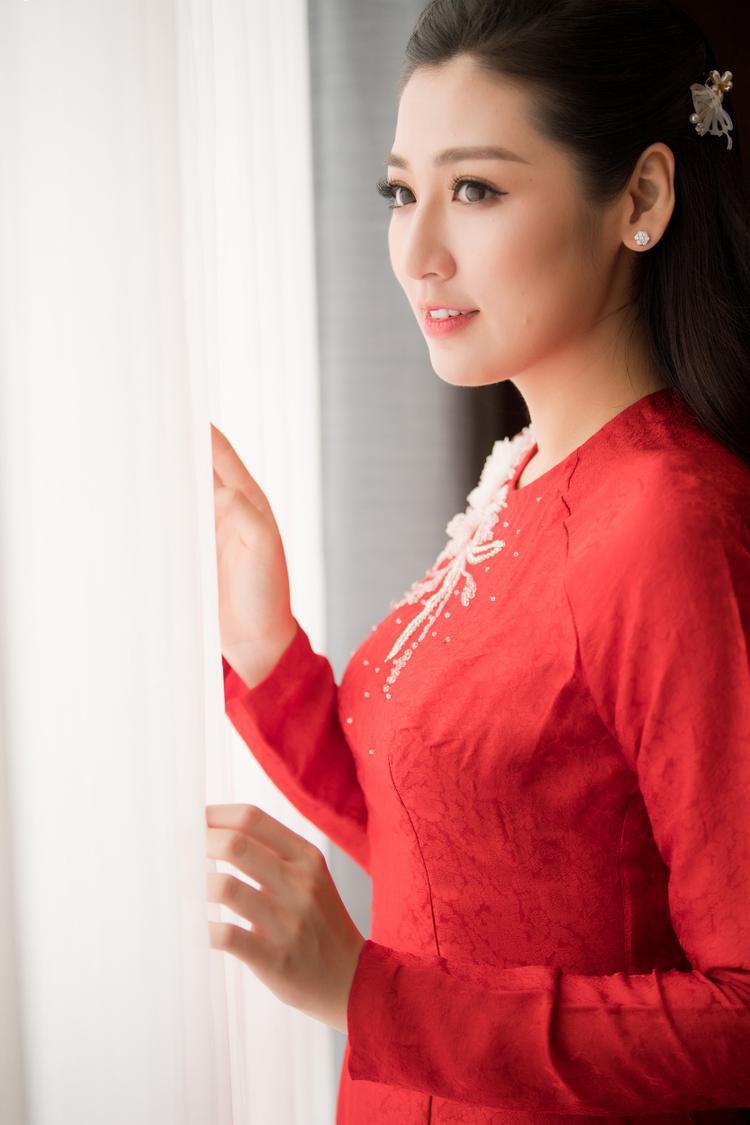 Đây là chiếc áo dài mà NTK Hoa hậu Ngọc Hân dành riêng cho nàng á hậu trong ngày trọng đại.