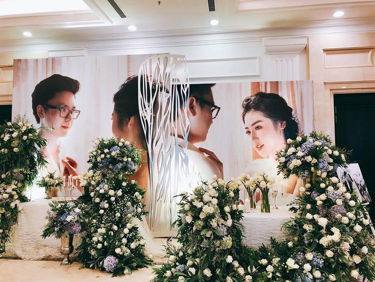 Không gian tiệc cưới tràn ngập hoa, sang trọng nhưng không kém phần lãng mạn.
