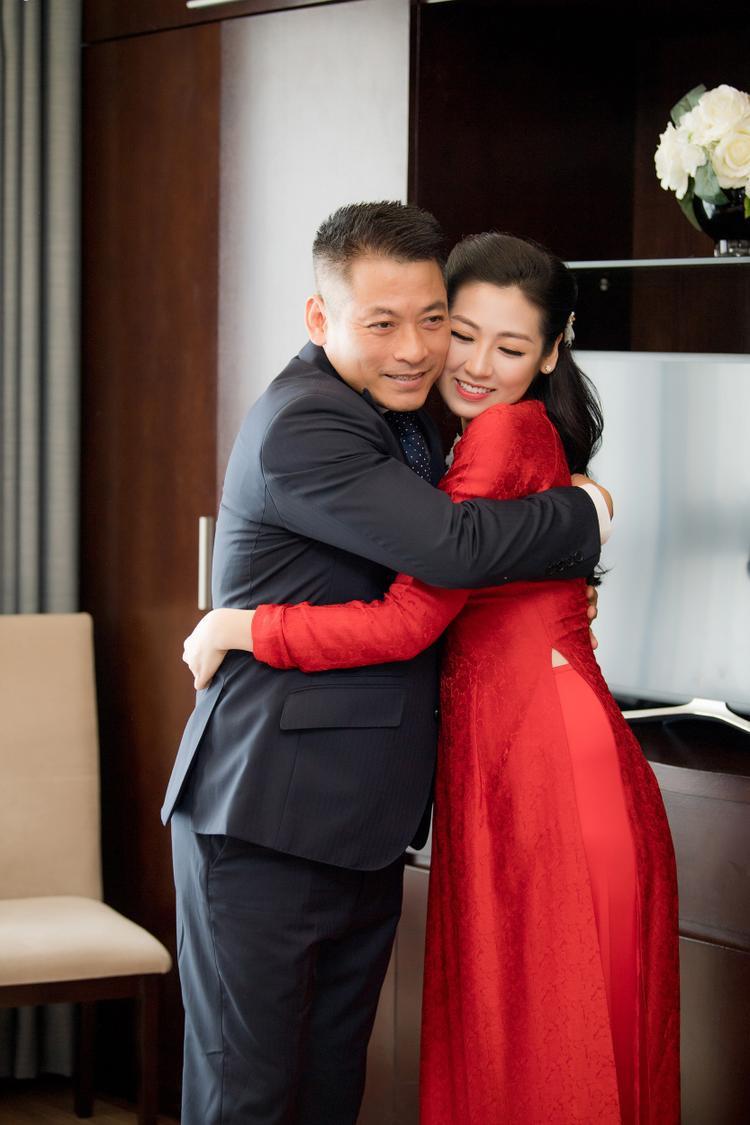 Bố Tú Anh ôm chầm con gái trước giờ cô về nhà chồng.