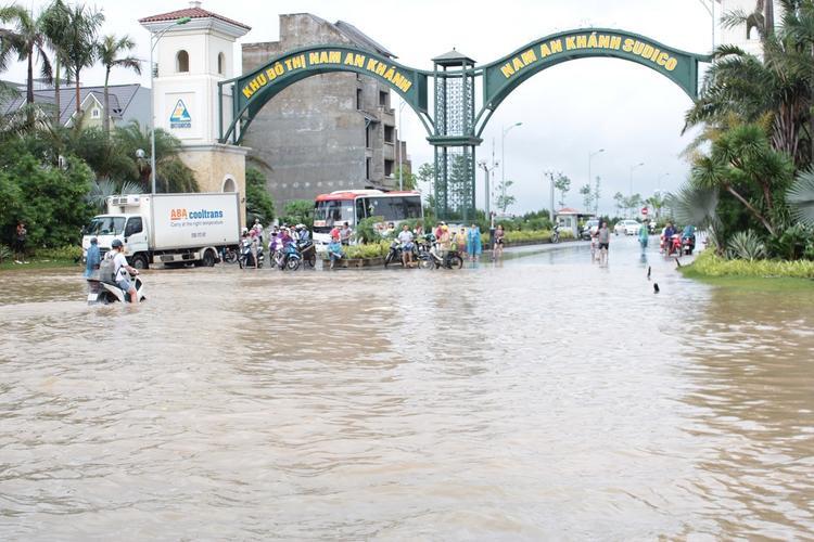 Mưa lớn sau bão Sơn Tinh đã khiến nhiều tuyến đường ở Hà Nội bị ngập sâu, giao thông gián đoạn.