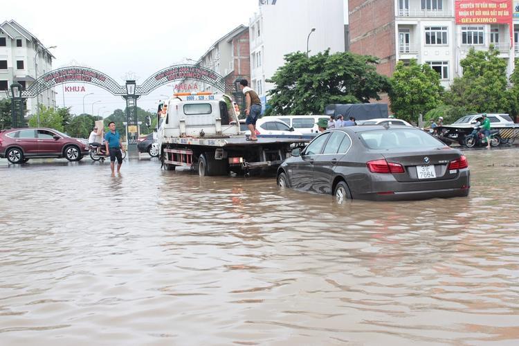 Theo ghi nhận của PV, khu vực Đại lộ Thăng Long đoạn giao với cổng chào Thiên đường Bảo Sơn bị ngập sâu trong nước.