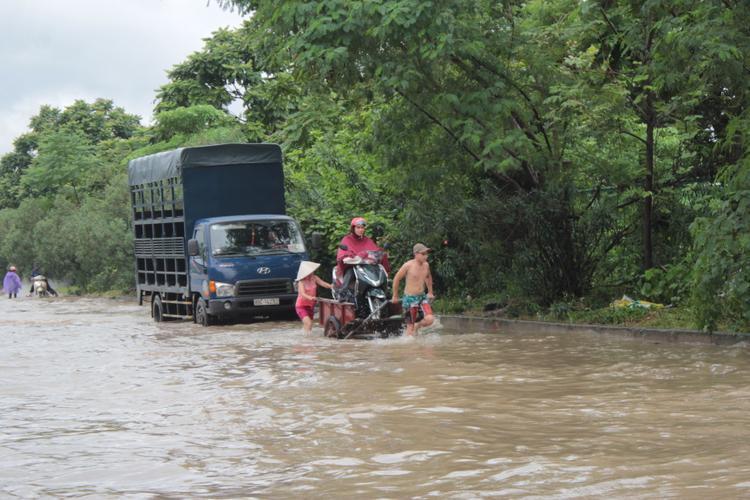 Người và xe được chở đi.