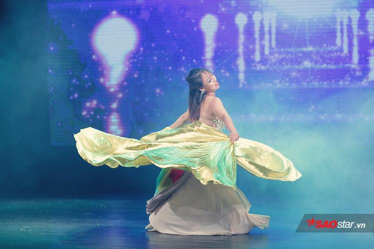 Xuất hiện tại buổi trình diễn Belly Dance chuyên nghiệp tối 21/7 vừa qua tại Hà Nội, vũ công Đào Thu Hà gây ấn tượng với toàn bộ khán giả và những vị khách mời có mặt khi lên sân khấu đầy máu lửa dù đang mang bụng bầu.