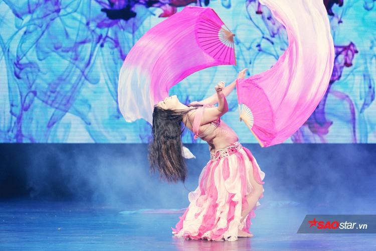 Cô gái Vũ Tuyết Nhung (Hà Nội) chìm đắm với những giai điệu nhịp nhàng, cuốn hút.