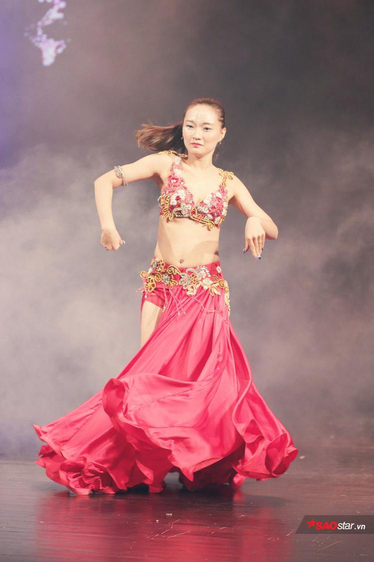 Mỗi động tác lắc tay, chân, hông, bụng… của vũ công khiến khản giả không thể rời mắt.