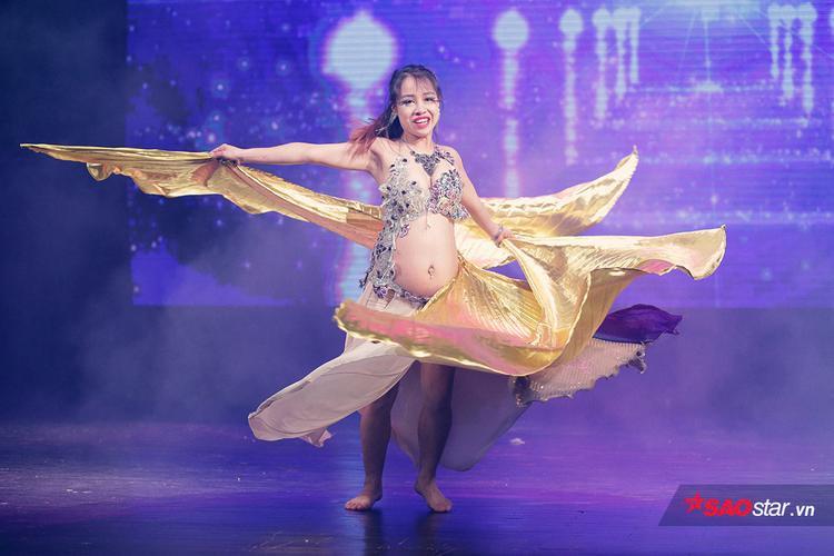 Chia sẻ với khán giả, Đào Hà cho biết cô đang ở tháng thứ 6 của thai kì, và cô chưa hề gián đoạn niềm đam mê múa bụng trong thời gian mang bầu.