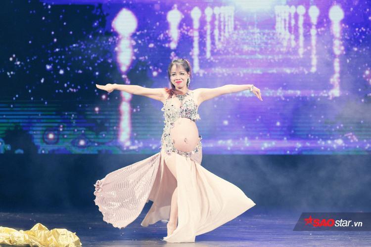 """Vũ công Đào Hà quyến rũ, sexy trên sân khấu cùng """"con gái"""" của mình. Màn trình diễn của Đào Hà nhận được sự tán thưởng và ngưỡng mộ của khán giả có mặt."""