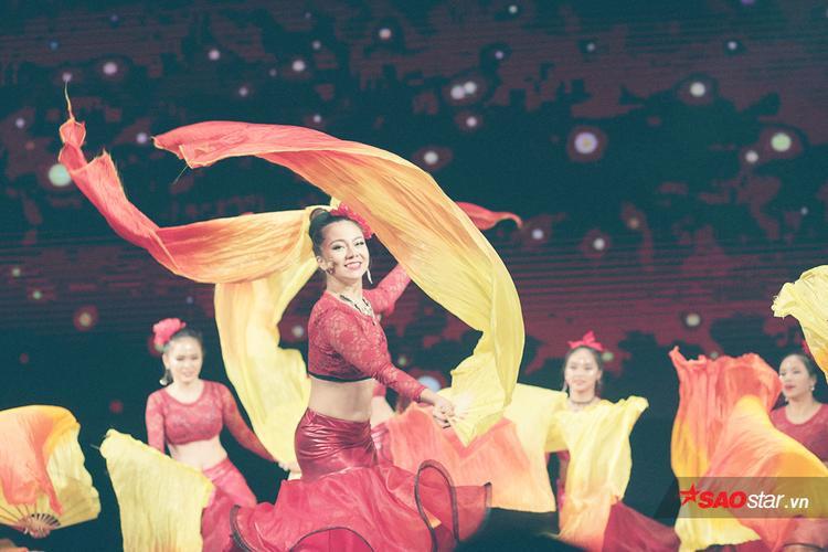 Cô gái vàng của Belly Dance Việt Nam Đỗ Hồng Hạnh rạng rỡ mở màn buổi diễn cùng các học trò của mình