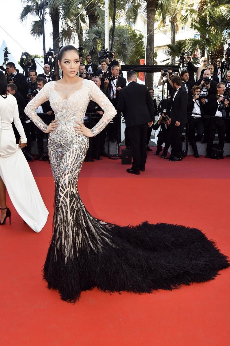 Với những bộ váy lộng lẫy đến từ các NTK lớn, mỗi mùa Cannes, Lý Nhã Kỳ luôn khiến báo chí tốn không ít giấy mực khi viết về trang phục của cô.