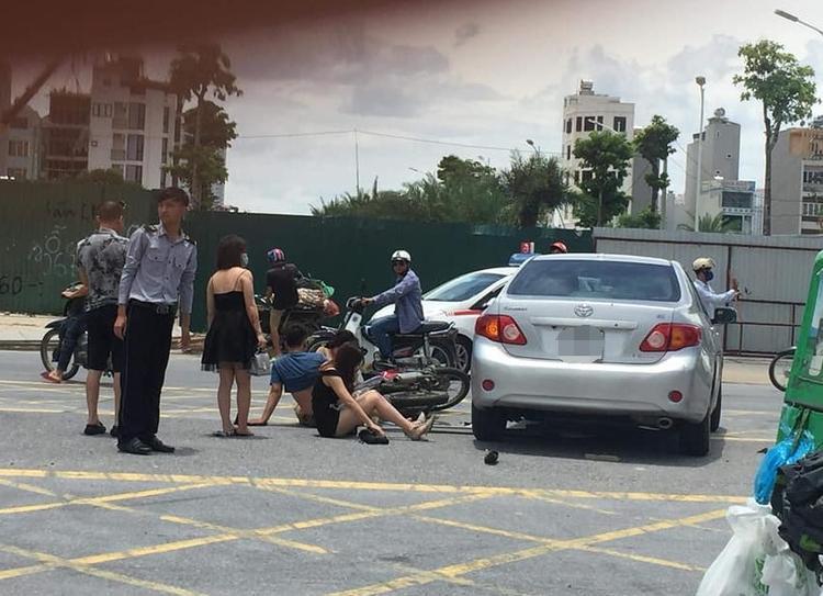 Hình ảnh 3 chân dài cùng nam thanh niên không đội mũ bảo hiểm ngã ra đường sau tai nạn.