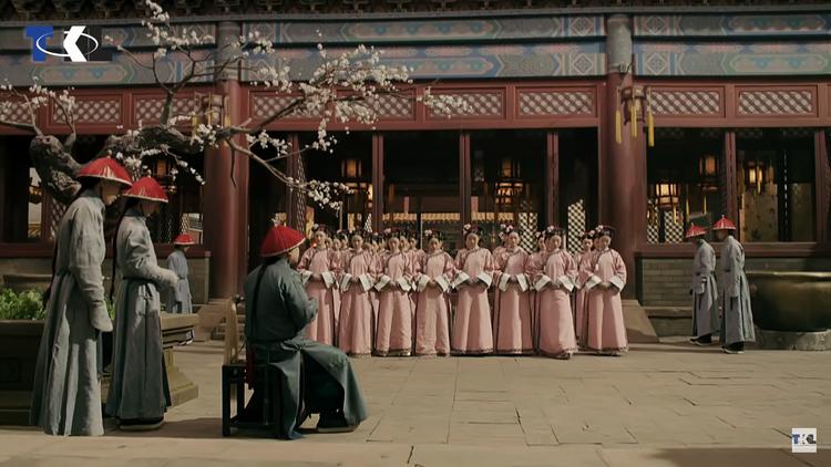 … lẫn khắp các phường, các phòng trong cung nhưng không tìm ra được tung tích cho Hoàng đế.