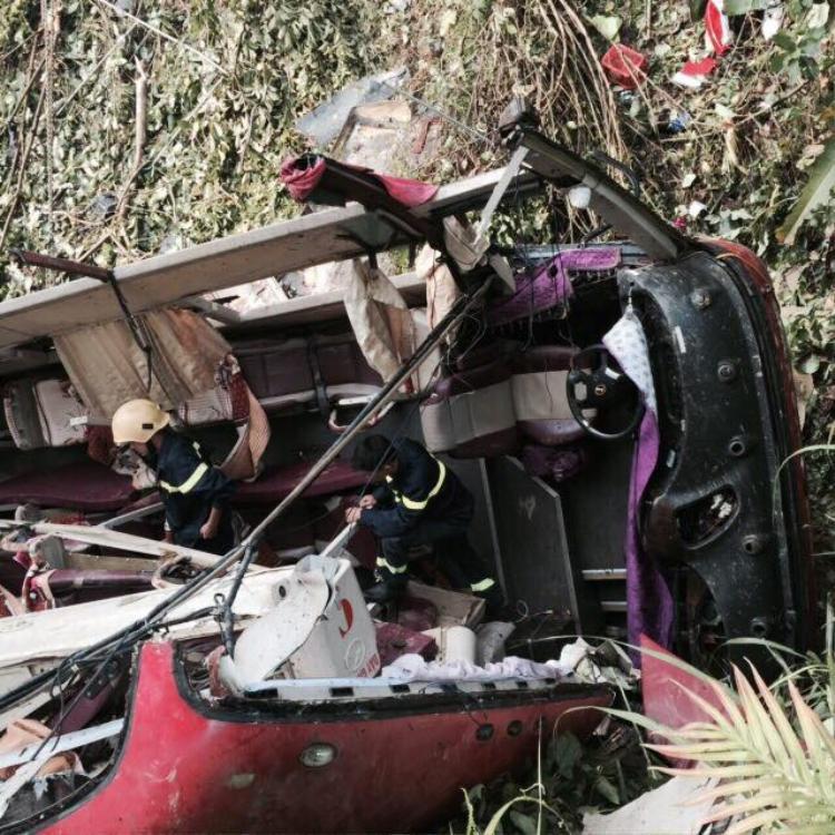 Vụ tai nạn nghiêm trọng khiến ít nhất 4 người tử vong và 16 người khác bị thương. Nạn nhân bị thương hiện đang được cấp cứu điều trị tại Bệnh viện đa khoa tỉnh Cao Bằng. Ảnh: Báo Giao thông.