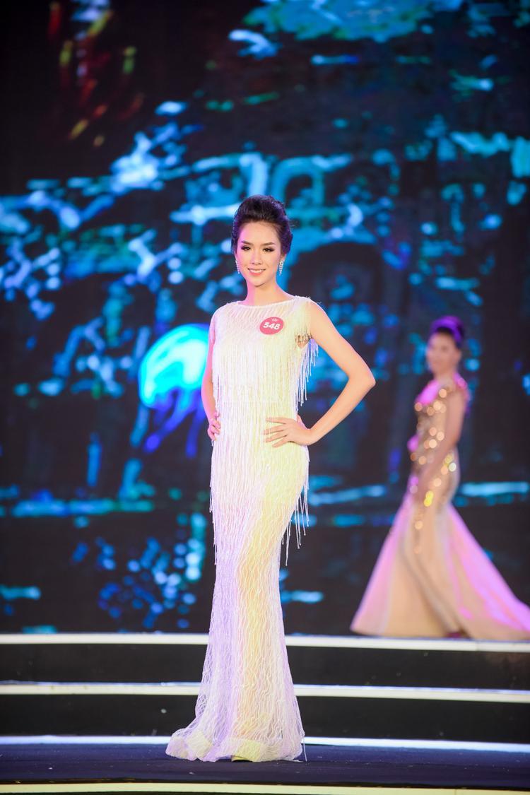 Cuối cùng, MC công bố Top 25 thí sinh xuất sắc nhất bước vào vòng Chung kết Hoa hậu Việt Nam 2018 diễn ra vào tháng 9 tại TP.HCM.