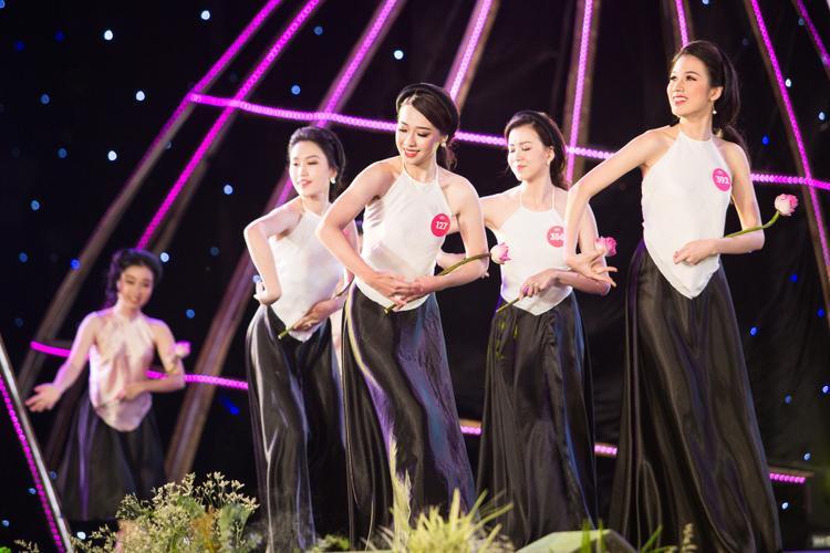 Các thí sinh đồng diễn trong trang phục áo yếm.