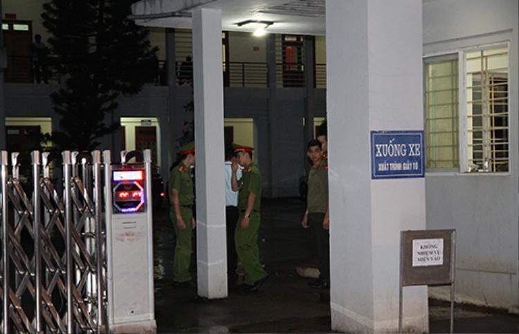 Trụ sở Sở Giáo dục và Đào tạo tỉnh Sơn La sáng đèn đến 2h ngày 20/7, có công an bảo vệ nghiêm ngặt. Ảnh: Minh Anh.
