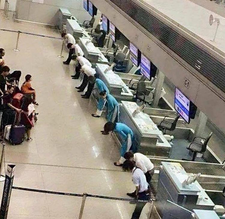 Hình ảnh nhiều nhân viên VietnamAirlines cúi chào hành khách khiến nhiều người xúc động xen lẫn ngạc nhiên. Ảnh: Facebook.