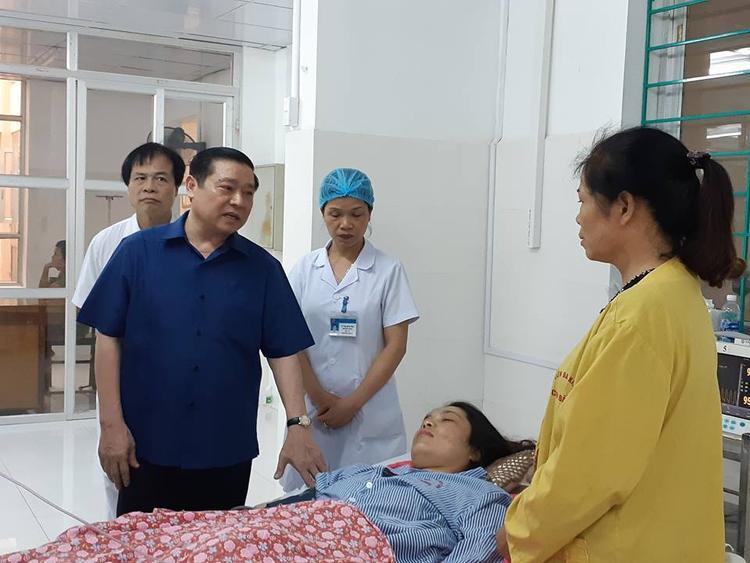 Ông Lại Xuân Môn, Bí thư Tỉnh ủy Cao Bằng cùng các lãnh đạo tỉnh thăm hỏi nạn nhân vụ TNGT xe khách giường nằm lao xuống vực đèo Cao Bắc