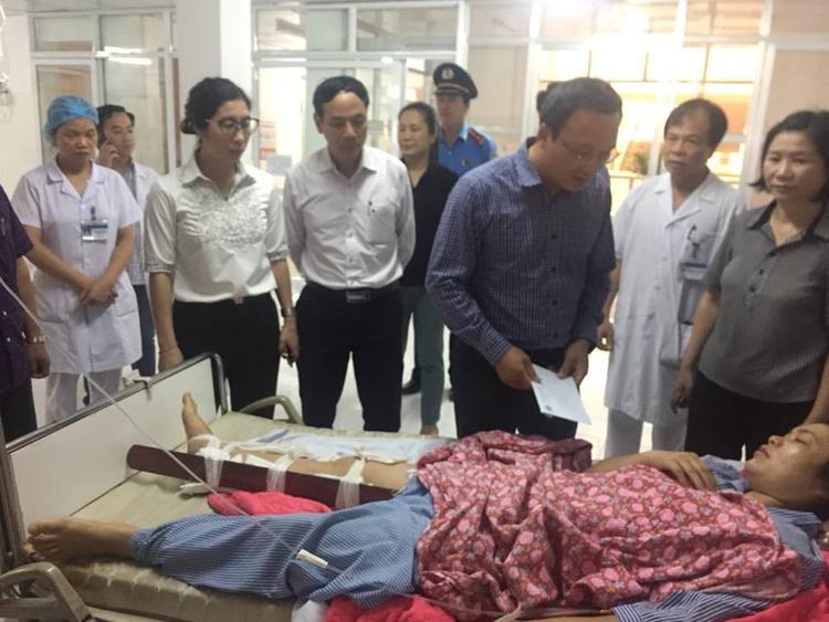 Đoàn công tác Uỷ ban ATGT Quốc gia, Bộ GTVT và lãnh đạo tỉnh Cao Bằng thăm hỏi, hỗ trợ các nạn nhân vụ tai nạn.