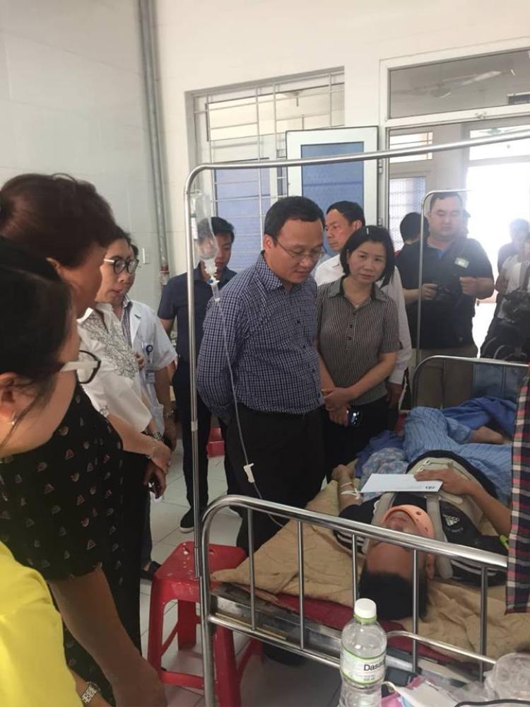Ông Khuất Việt Hùng thăm hỏi, động viên các nạn nhân gặp nạn.