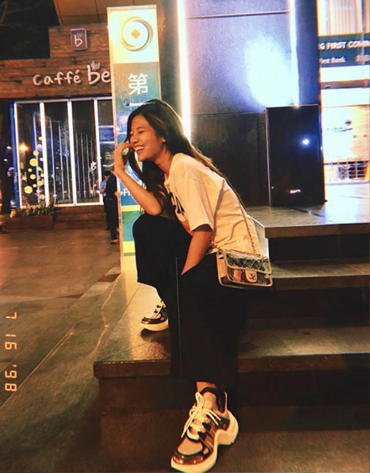Hoàng Yến Chibi diện cả cây đồ hiệu trendy với túi nhựa hot hit đến từ nhà mốt Chanel và giày sneaker hầm hố của LV.