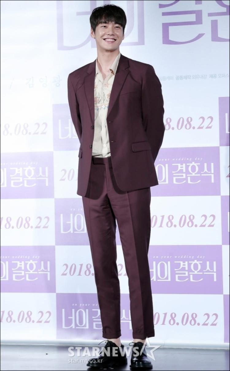 Chiều cao vượt trội của Kim Young Kwan. Anh dễ dàng ghi điểm trong mắt khán giả với sự thân thiện, gần gũi.