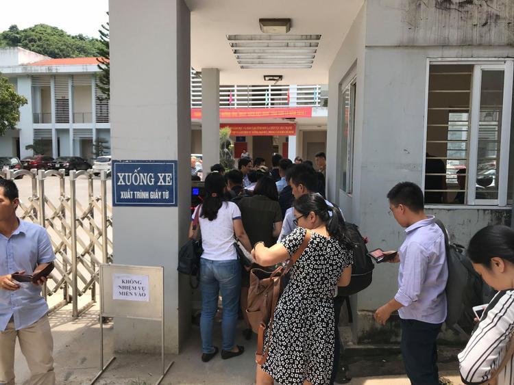 Phóng viên làm thủ tục vào trong khu vực họp báo. Ảnh: Định Nguyễn.