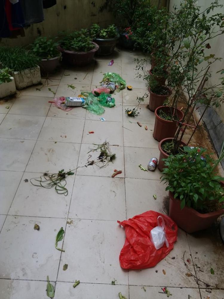 Ban công phơi đồ tràn ngập rác.