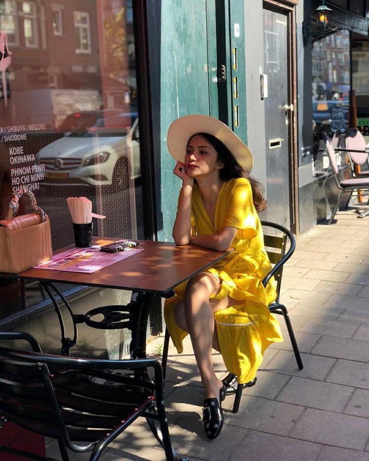 Khi đã chụp ảnh chán chê với sandal, Hương Giang liền đổi sang đôi dép sục da bệt vừa thoải mái vừa trendy.