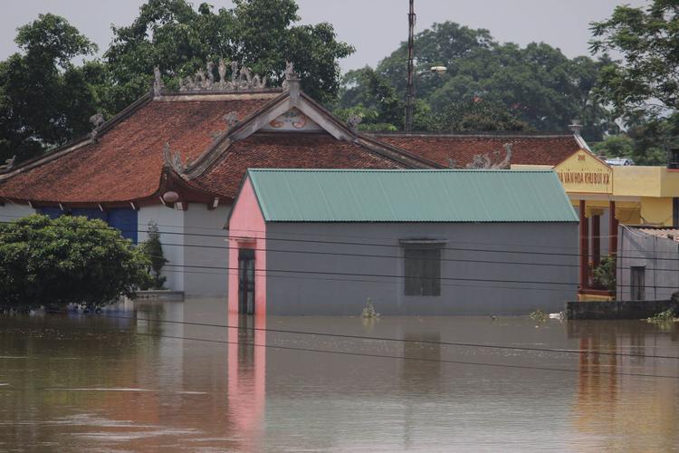 Trong ảnh, khu nhà văn hóa khu Bùi Xá bị ngập trong nước. Mực nước đo được có nơi sâu tới 2m, còn thấp khoảng 1m khiến người dân bị cô lập.