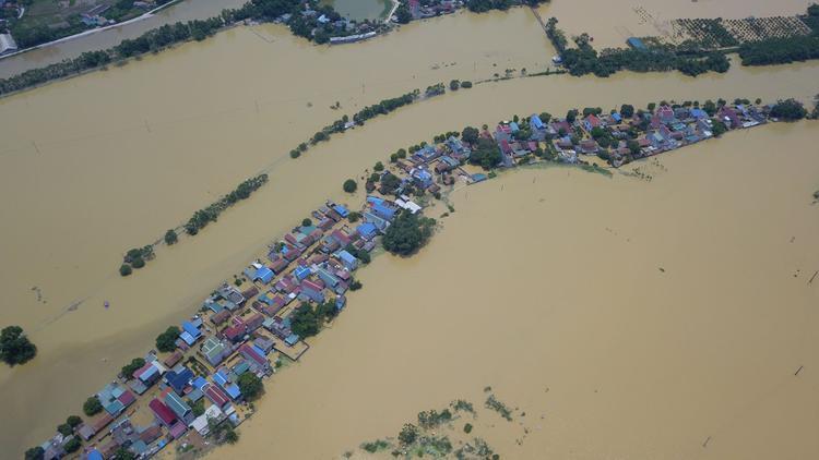 Gần hai ngày nay, dù mưa đã ngớt thế nhưng hàng trăm hộ dân ở thị trấn Xuân Mai, huyện Chương Mỹ, Hà Nội vẫn bị cô lập trong dòng nước.