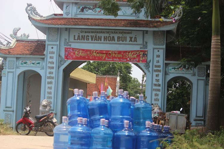 Do ngập không có nước sinh hoạt, nhiều người phải mua nước đóng bình với giá cao để tắm rửa, nấu cơm nước…