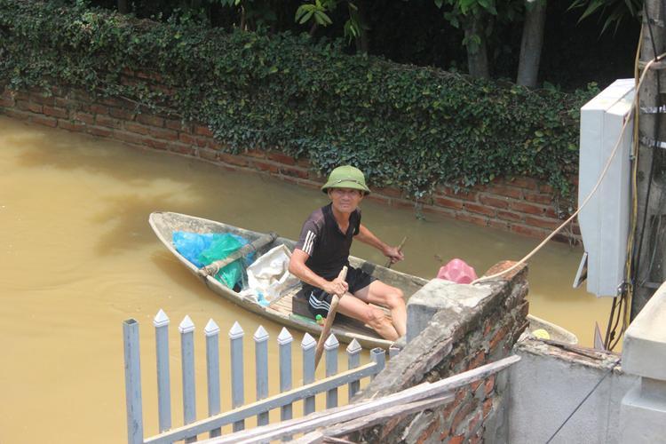 Thuyền trở thành phương tiện chủ yếu để di chuyển của người dân làng Bùi Xá.