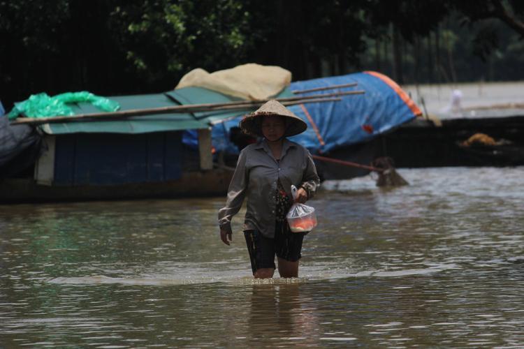 Cuộc sống của hàng nghìn người dân ở Hà Nội đảo lộn vì bị cô lập trong biển nước