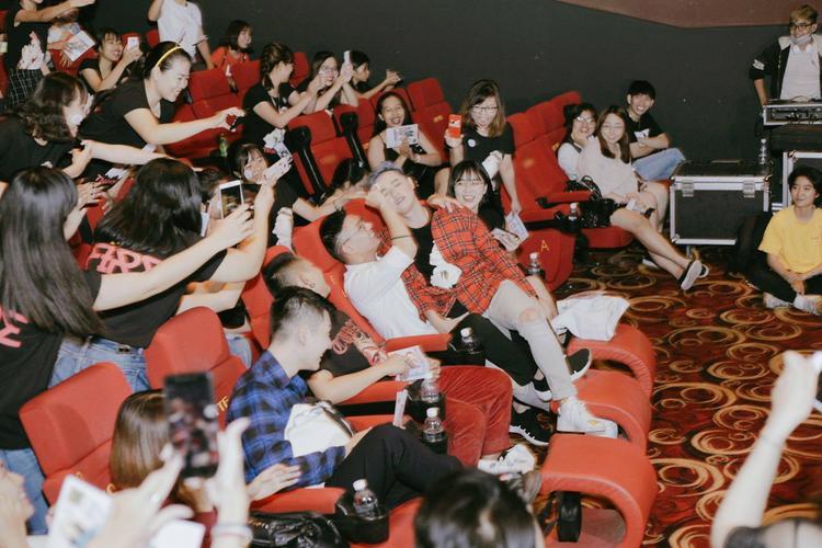 """Ở trong vòng tay fan và những bạn bè thân thiết nên Thanh Duy thả sức lầy lội không ngại giữ hình ảnh. Trong lúc """"sung"""" nhất, anh chàng đã có hẳn một """"phân đoạn"""" vô cùng """"tình tứ"""" với bạn thân Đại Nhân cho đúng với tinh thần của bài hát."""